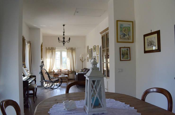 Vista generale del salone: Soggiorno in stile in stile Classico di Studio di Architettura Zuppello