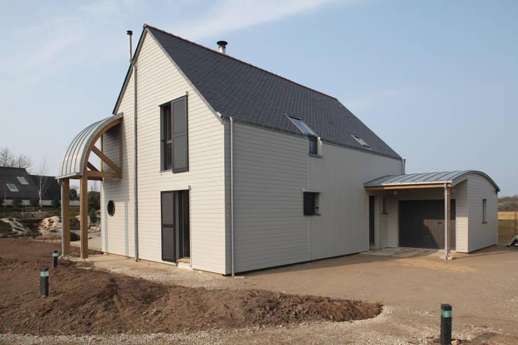 Façade nord & entrée maison: Maisons de style  par Patrice Bideau a.typique