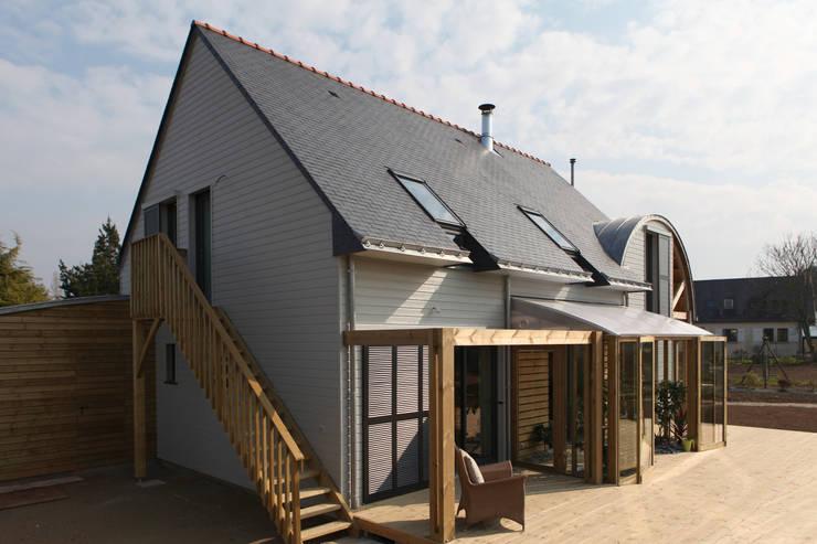 Façade sud avec terrasse bois: Maisons de style  par Patrice Bideau a.typique