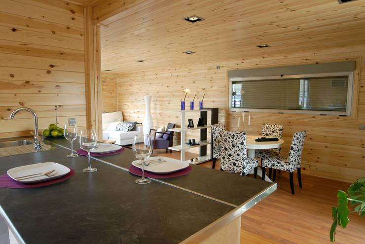 Vista desde la isla de la cocina Natura Blu 111: Cocinas de estilo  de Casas Natura