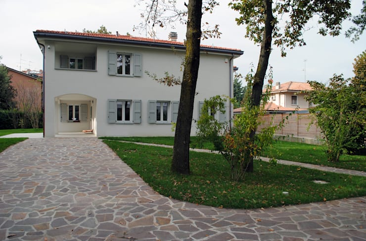 La villa vista dal giardino: Giardino in stile in stile Moderno di STUDIO498 Architettura