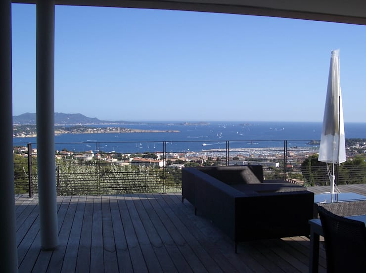 Un balcon sur la mer méditerranée: Terrasse de style  par Vanessa Cottin