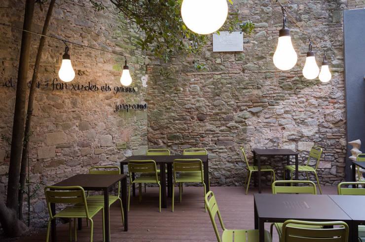 RESTAURANTE EN VIC: Locales gastronómicos de estilo  de KITS INTERIORISME