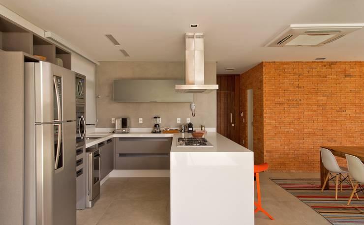 VISTA DA COZINHA: Cozinhas modernas por Pimont Arquitetura