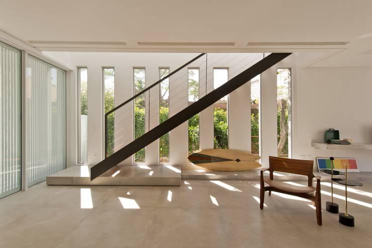 VISTA DA ESCADA METÁLICA: Salas de estar modernas por Pimont Arquitetura