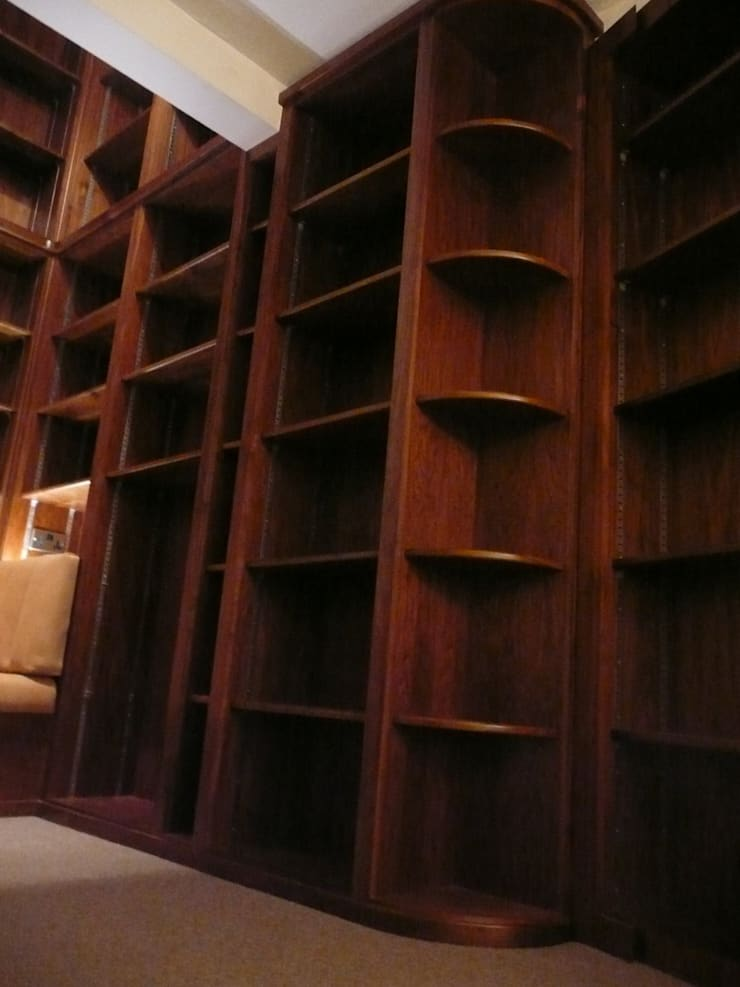 Walnut Shelves:  Study/office by Simon Rickles Cabinet Making Ltd.