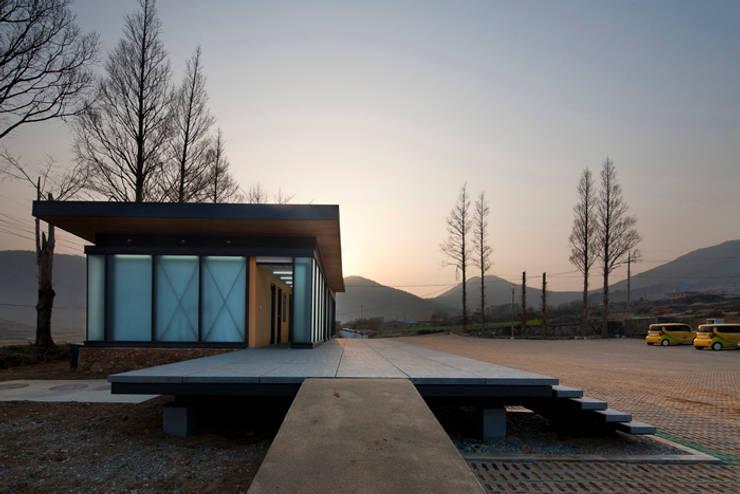 청산도 느린섬 여행학교 | 관리사: (주)오우재건축사사무소 OUJAE Architects의  주택
