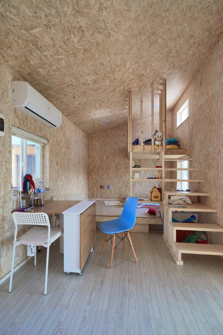 부여 작은집 / Buyeo Small House: lokaldesign의  복도 & 현관