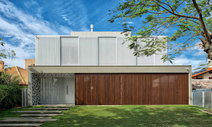 FACHADA PRINCIPAL: Casas modernas por Pimont Arquitetura