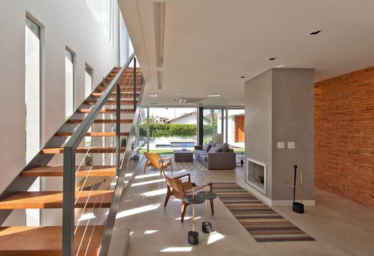 VISTA INTERNA DAS SALAS DE LAREIRA E ESTAR: Salas de estar modernas por Pimont Arquitetura