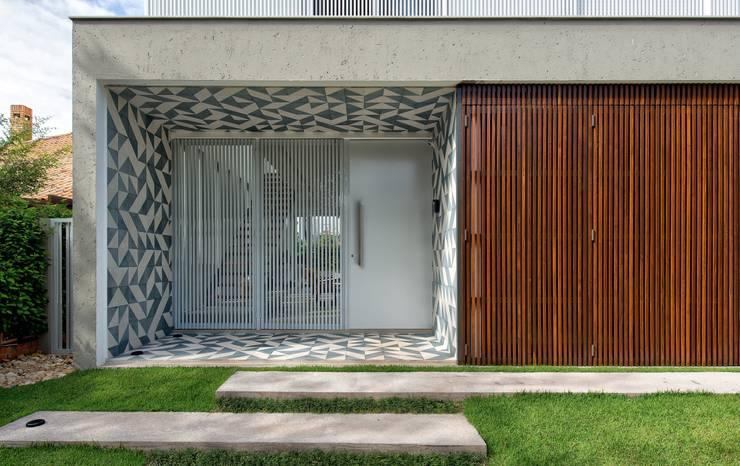 DETALHE DA FACHADA PRINCIPAL COM LADRILHO HIDRÁULICO: Casas modernas por Pimont Arquitetura
