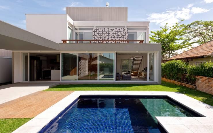 FACHADA DOS FUNDOS: Casas modernas por Pimont Arquitetura