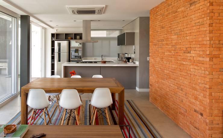 VISTA INTERNA DA SALA DE JANTAR E COZINHA: Cozinhas modernas por Pimont Arquitetura