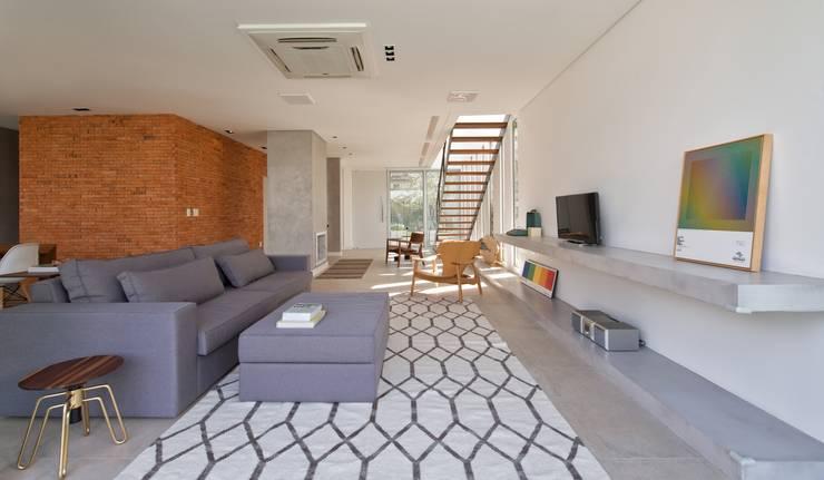 VISTA INTERNA DAS SALAS DE ESTAR E LAREIRA: Salas de estar modernas por Pimont Arquitetura