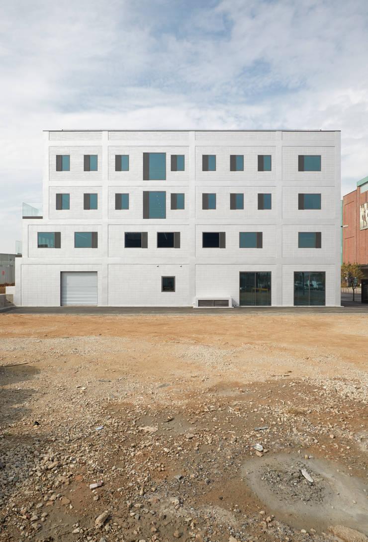 신영사 출판사옥 / Shinyoungsa Publishing House: lokaldesign의  회사