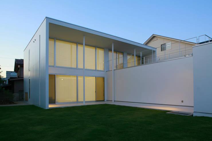 南側外観: IMUが手掛けた家です。,モダン