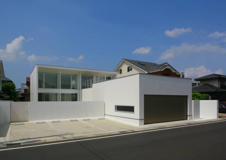 南側外観(道路より): IMUが手掛けた家です。,モダン