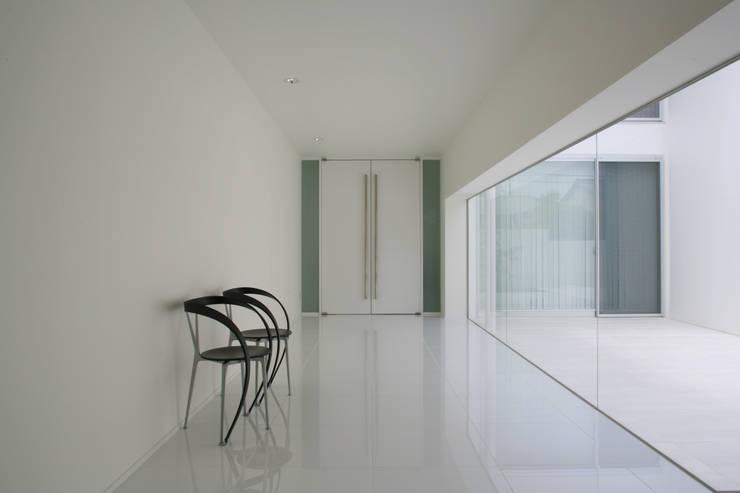 玄関ホール: IMUが手掛けた廊下 & 玄関です。,モダン