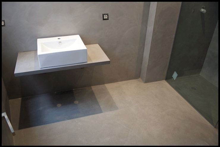 MICROCEMENTO  TKROM en baños: Baños de estilo  de BADACOLOR S.L.