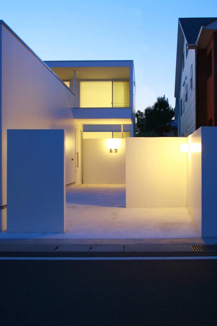 玄関外観: IMUが手掛けた家です。,モダン