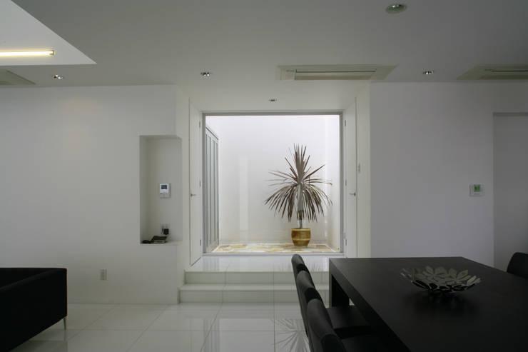 居間、食堂より中庭を見る: IMUが手掛けたダイニングです。,モダン