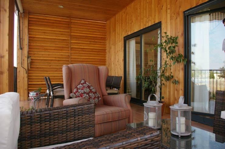 Porche de 27m2 en madera de alerce: Terrazas de estilo  de Casas Natura