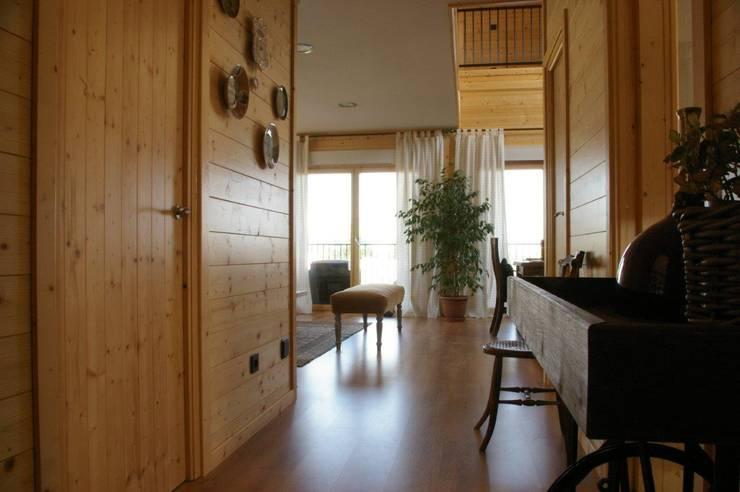 Vista desde la entrada: Pasillos y vestíbulos de estilo  de Casas Natura