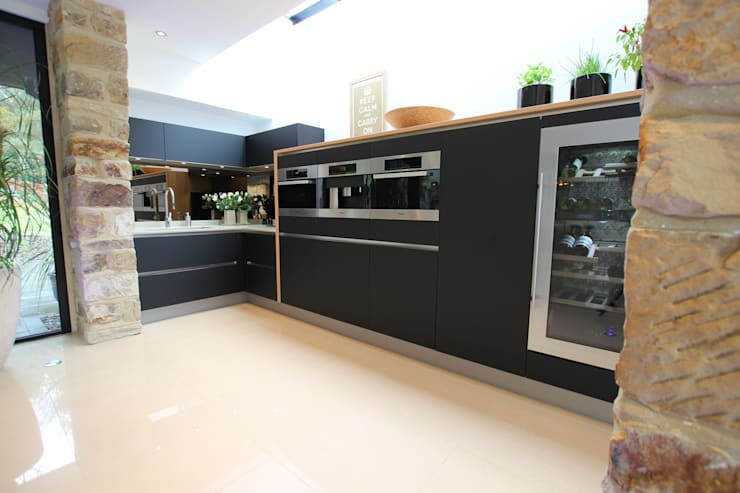 Luxury kitchen extension:  Kitchen by LWK Kitchens