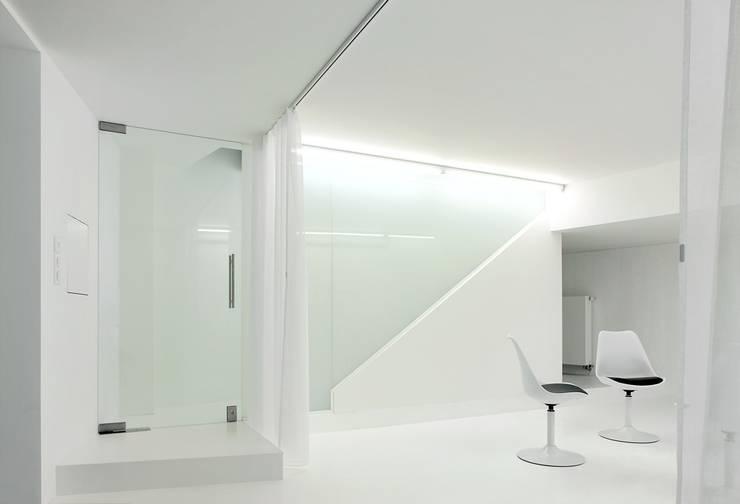 Vue de l'entrée-garage: Couloir et hall d'entrée de style  par o2-architectes