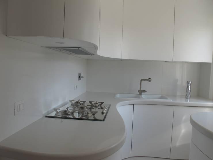 Una morbida scatola bianco Optical: Cucina in stile  di Architetto Andrea Madonna