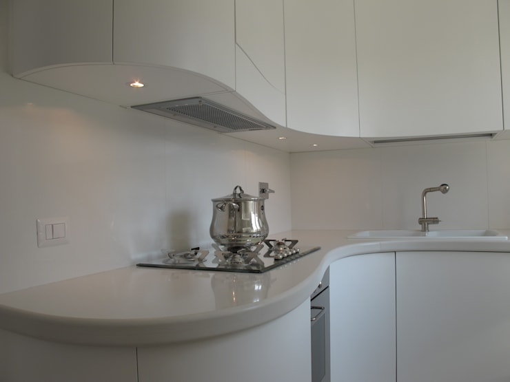 Una morbida scatola bianco Optical: Cucina in stile in stile Moderno di Architetto Andrea Madonna