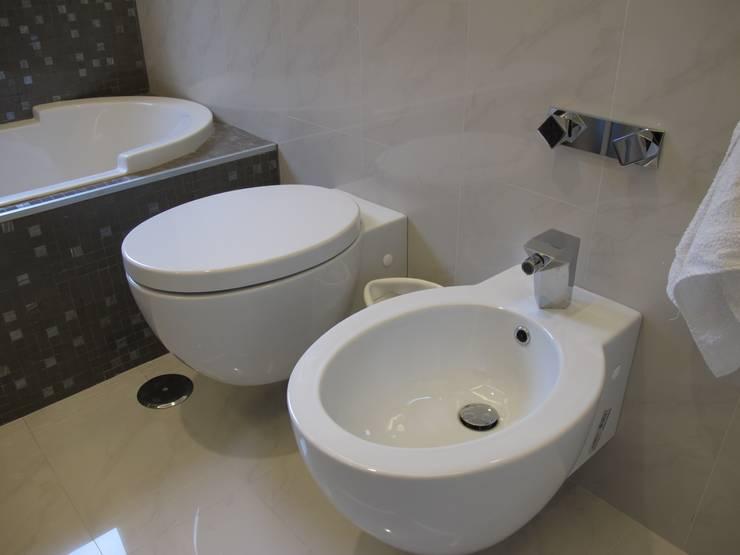Una morbida scatola bianco Optical: Bagno in stile in stile Moderno di Architetto Andrea Madonna