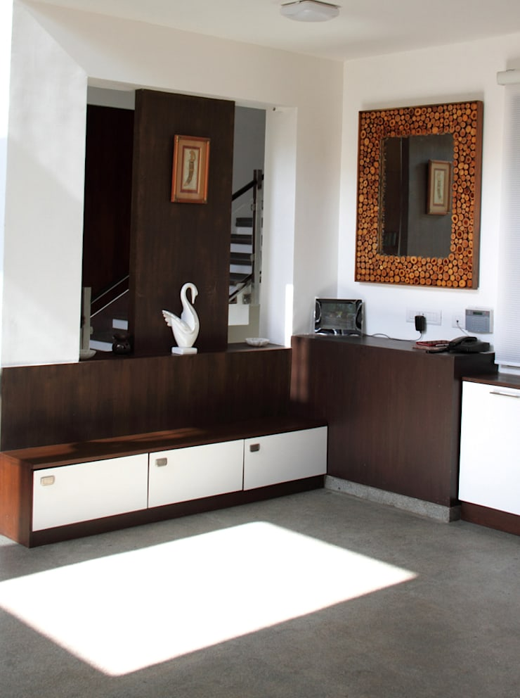 ANAND RESIDENCE:  Corridor & hallway by Muraliarchitects
