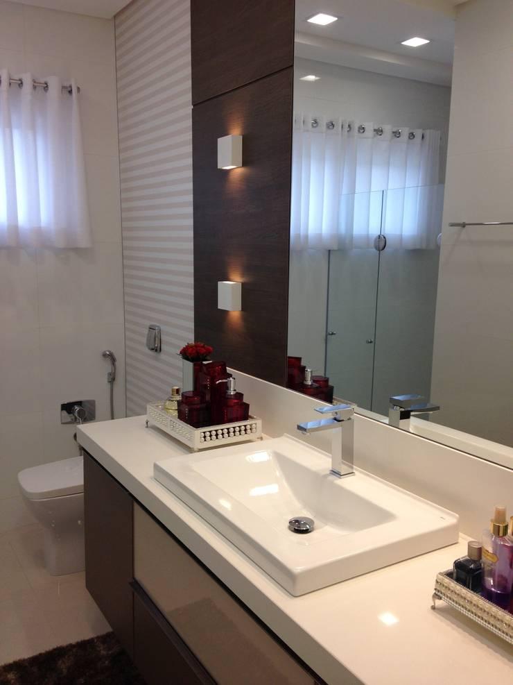 BANHO SUÍTE: Banheiros  por Luizana Wiggers Projetos