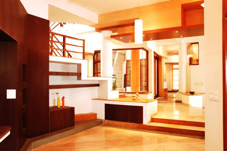 ANWAR SALEEM RESIDENCE:  Living room by Muraliarchitects,Modern