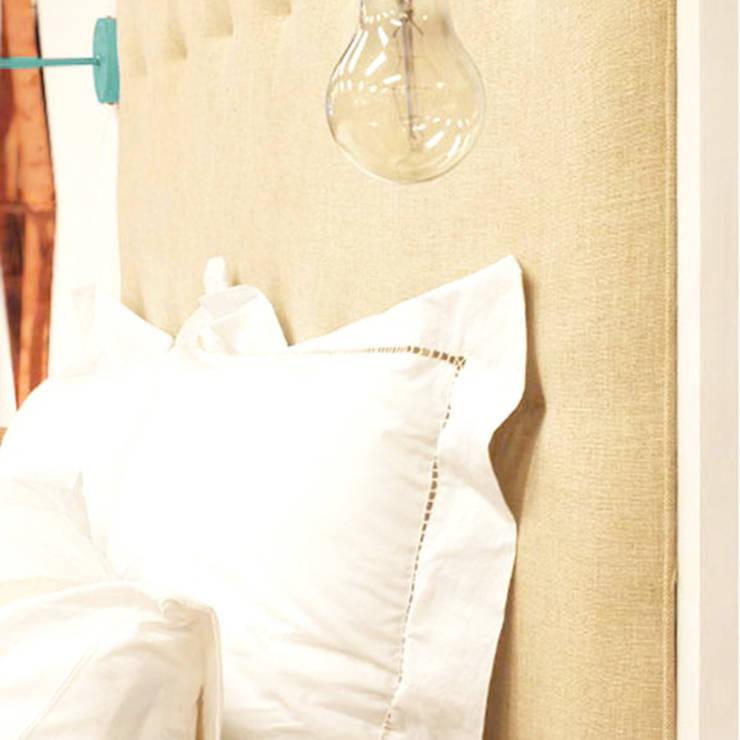 Cabecero de madera lacada en blanco y tapizado de lino: Dormitorios de estilo  de Cube Deco