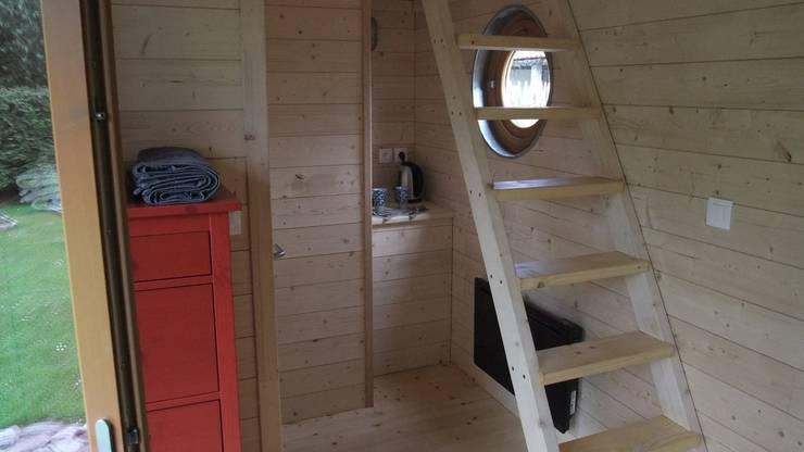 un intérieur modulable à souhait et qui peut aussi accueillir une cuisinette : Salon de style  par Alter Ec'Home&