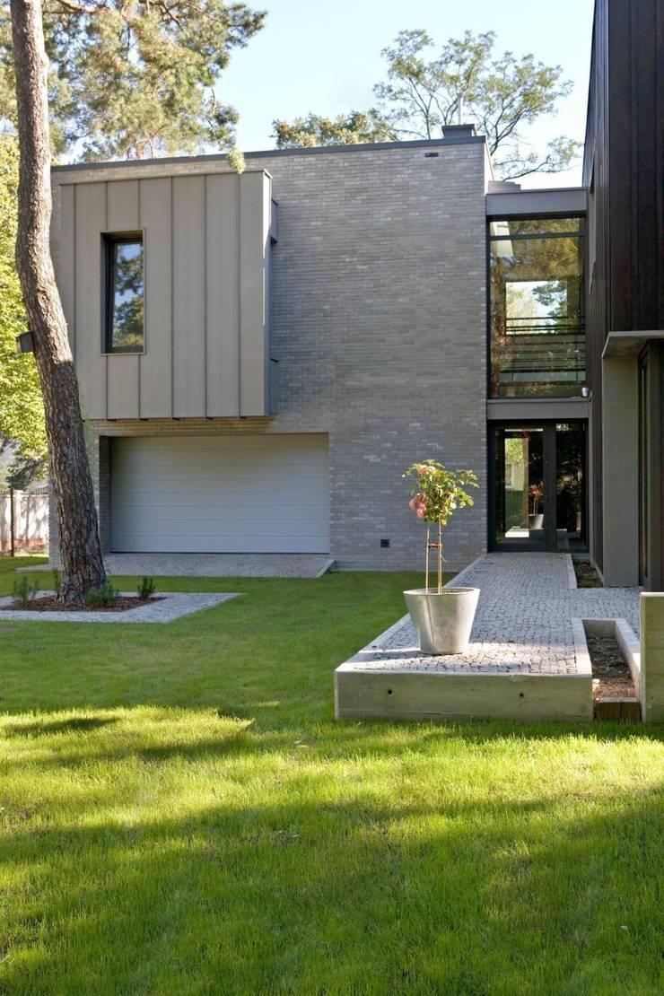wyjście do ogrodu: styl nowoczesne, w kategorii Domy zaprojektowany przez Marek Rytych