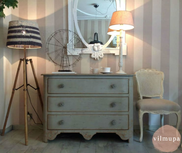 Comoda de madera decapada: Dormitorios de estilo rústico de Vilmupa
