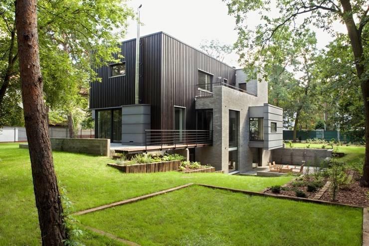 widok od ogrodu: styl nowoczesne, w kategorii Domy zaprojektowany przez Marek Rytych