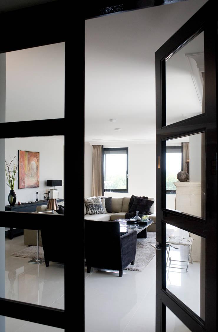 Project Verberne:  Woonkamer door huis van strijdhoven, Modern