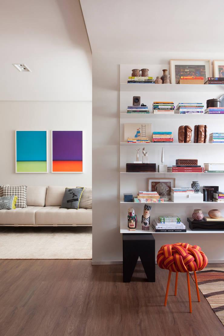 62m2 de muito conforto: Sala de estar  por Nara Cunha Arquitetura e Interiores