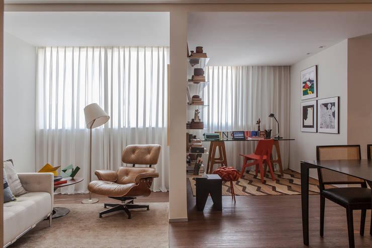 62m2 de muito conforto: Salas de estar  por Nara Cunha Arquitetura e Interiores