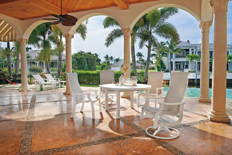 CASA BRUNO conjunto comedor exteriores St. Catherine. Fabricados en polímero de grado marino (MGP): Balcones y terrazas de estilo  de Casa Bruno American Home Decor