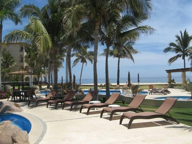 CASA BRUNO tumbonas DUNE fabricadas en polímero de grado marino (MGP): Hoteles de estilo  de Casa Bruno American Home Decor