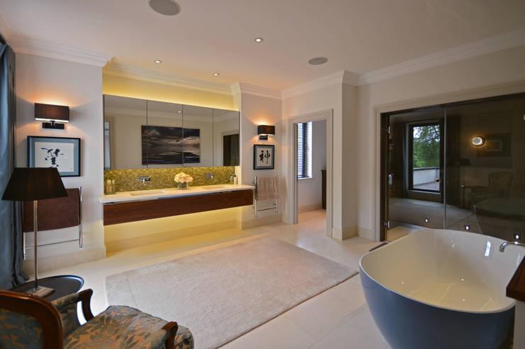 The master bedroom :  Bathroom by Zodiac Design