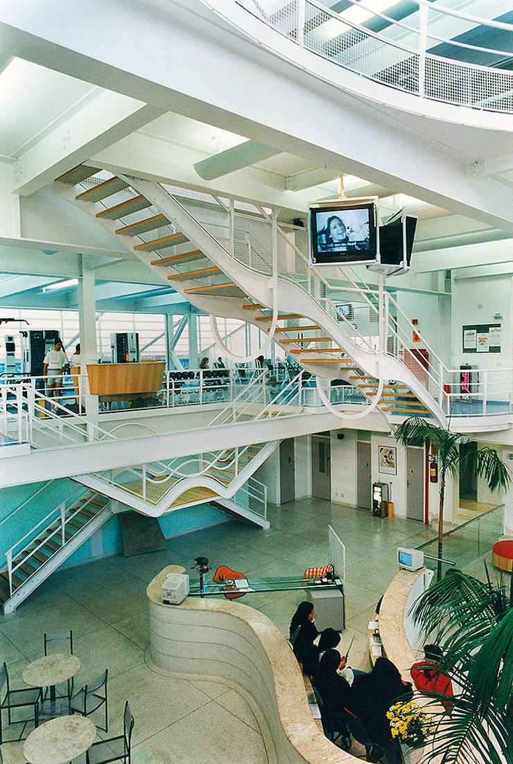 Academia Competition – unidade Oscar Freire: Corredor, vestíbulo e escadas  por ARQdonini Arquitetos Associados,