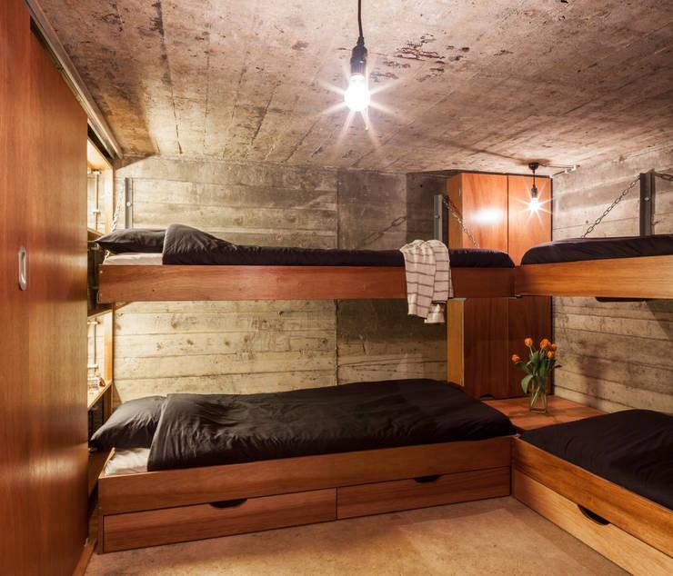 Bunker in Vuren (The Netherlands):  Slaapkamer door B-ILD Architects
