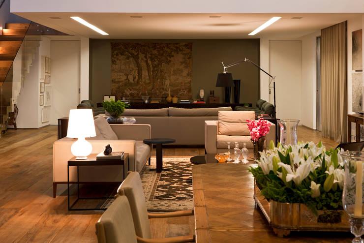 Casa Condomínio Nova Lima: Salas de jantar clássicas por Nara Cunha Arquitetura e Interiores