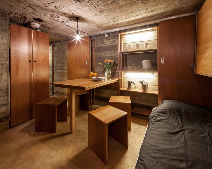 Bunker in Vuren (The Netherlands):  Eetkamer door B-ILD Architects